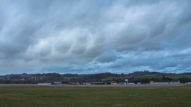 Mammatuswolken über dem Fughafen Belp.