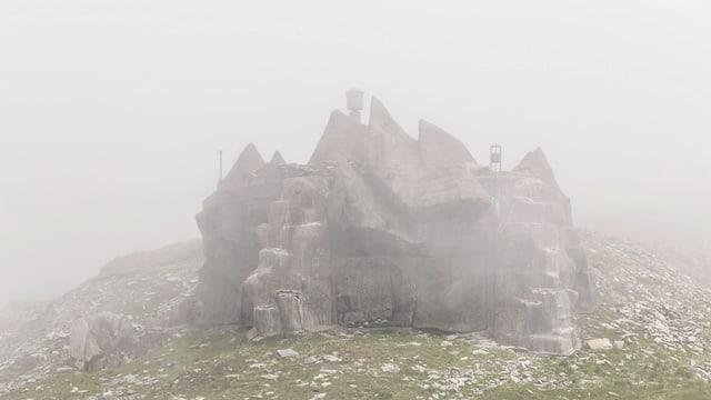 Ein gut getarnter Bunker im Nebel