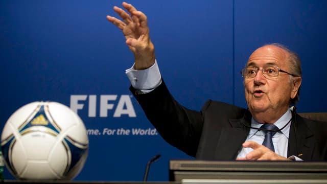 Joseph Blatter gestikuliert an einem Rednerpult.
