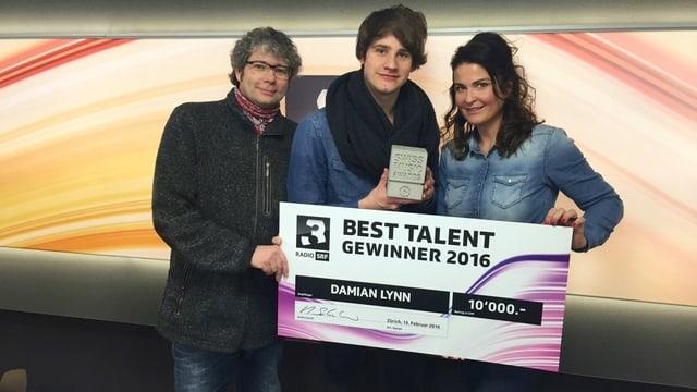 Damian Lynn mit Judith Wernli, Gernot Jörgler und dem Scheck.