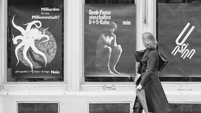 Frau vor Plakaten mit Nein-Parolen