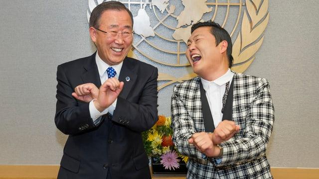 Rapper Psy scherzt mit dem südkoreanischen UN-Generalsekretär Ban Ki Moon.