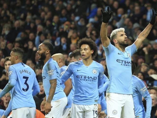 Die Spieler von Manchester City bejubeln den Sieg.