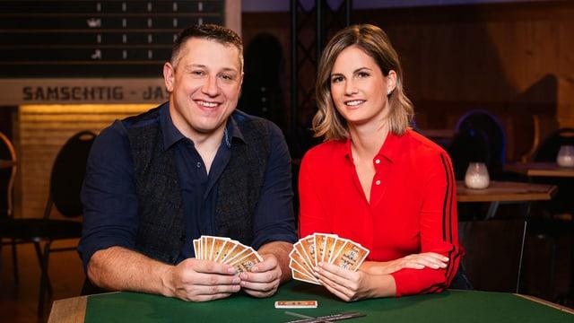 Jörg Abderhalden und Fabienne Bamert mit Jasskarten in der Hand