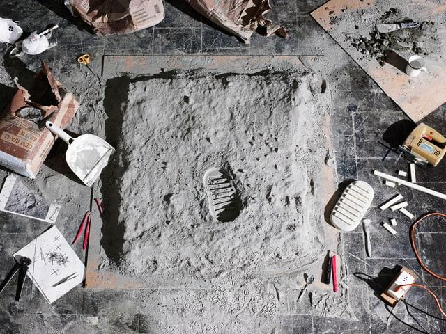 Kunstinstallation: Ein Fussabdruck auf einem Boden.