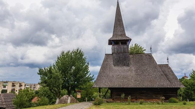 Alte Kirche aus Holz in Negresti rechts, links Wohnblocks