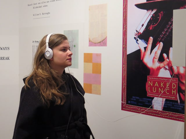 Eine Besucherin in der Ausstellung im Strauhof.