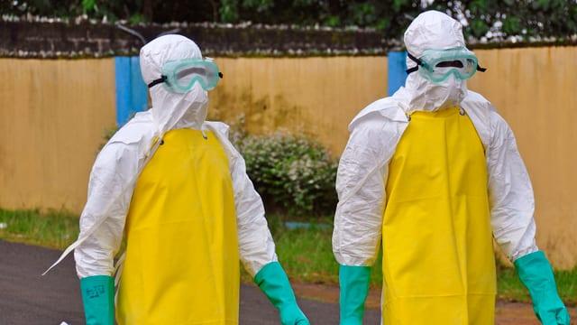Zwei Ärzte in Liberia mit Schutzanzügen.