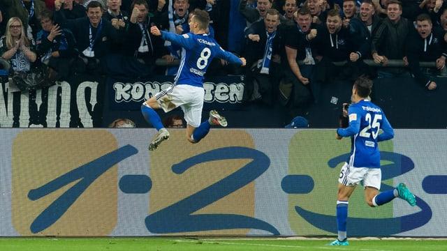 Leon Goretzka (l.) bejubelt seinen Treffer zum 1:0.
