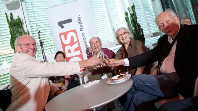 Urs Eggenschwiler, Ueli Studer, Elisabeth Schnell und Ueli Beck in fröhlicher Runde bei der Jubiläumssendung «40 Jahre Nachtexpress».