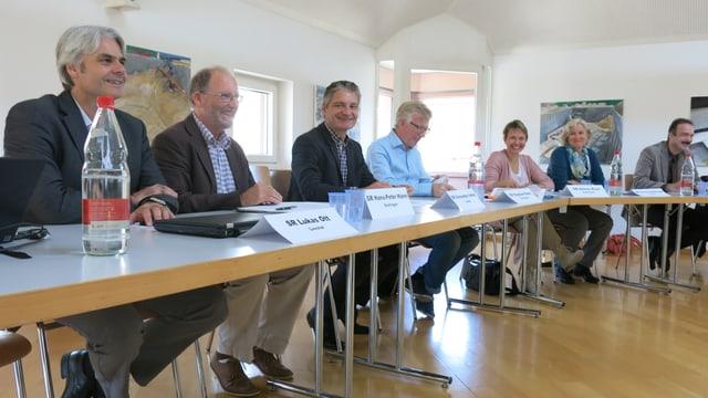Gemeindevertreterinnen und -vertreter an einem Tisch
