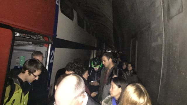 Passagiers che vegnan evacuads.