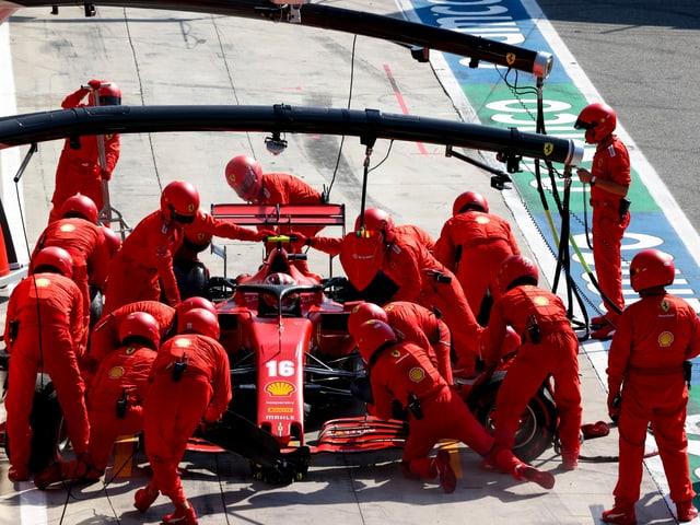 Das Ferrari-Team bei einem Boxenstopp.