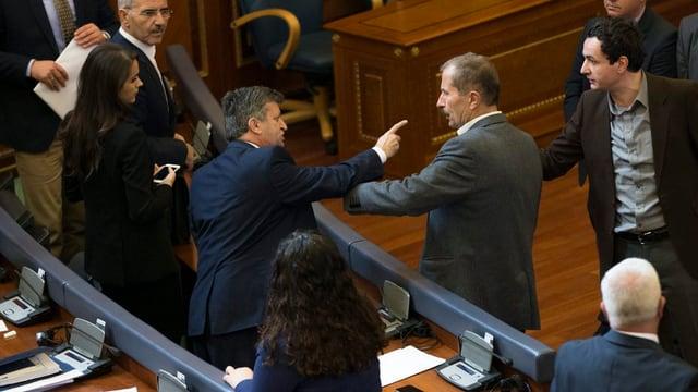 Der Oppositionelle Albin Kurti (rechts) zeigt mit dem Finger auf Ismet Beqiri von der Regierungskoalition.