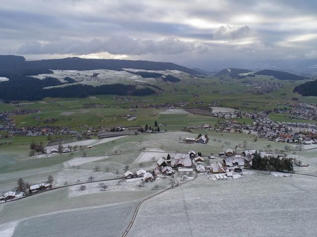 Die Landschaft ist mit einer dünnen Schneeschicht überzogen, der Himmel ist wolkenverhangen.