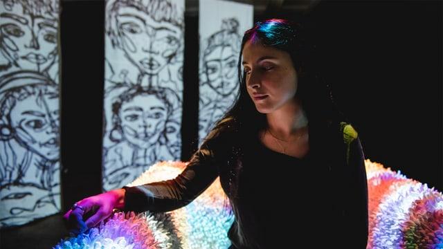Laschar ir video «Andrea Davina Deplazes expona ses intern»