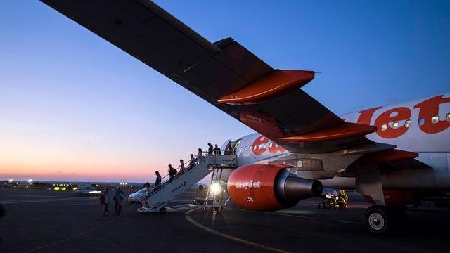 Easyjet-Flieger auf Landebahn, aussteigende Passagiere