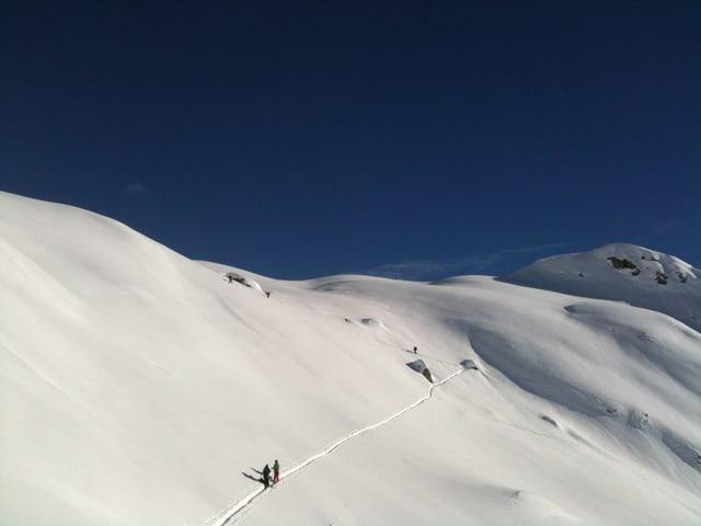 Mit Skiern wandert die Gruppe auf den Elwertätsch.