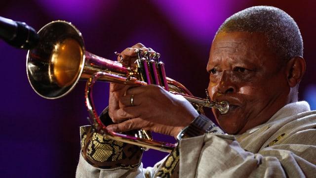 Hugh Masekela beim Trompeten.