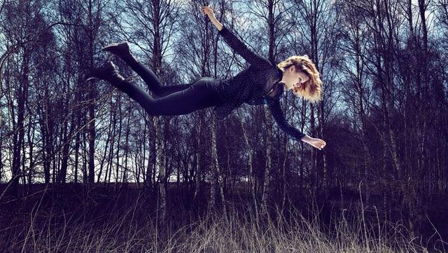 Eine Frau fliegt über dem Boden