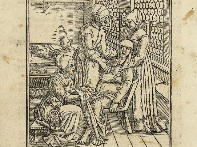 Eine Hebamme leitet eine Geburt. Schere und Faden zum Abbinden der Nabelschnur liegen bereit.