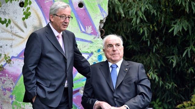 Juncker und Kohl 2014 im Garten des Altkanzlers vor einem Stück der Berliner Mauer.