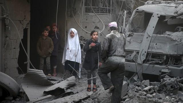Kinder in Häuserruinen