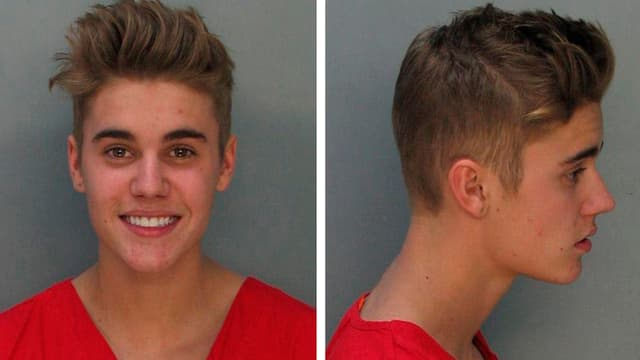 Zwei Aufnahemen von Justin Bieber: Frontal lächelnd und von der Seite (nicht lächelnd).