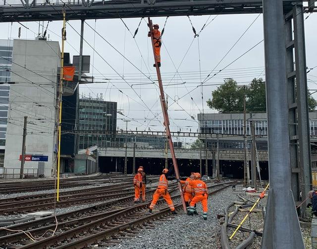 SBB-Arbeiter beheben die Störung in Bern