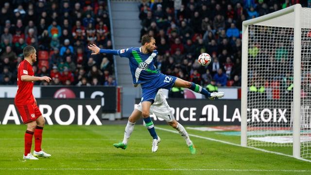 Wolfsburgs Bas Dost schiesst den Ball gegen Leverkusen spektakulär zum 5:4 ins Tor.