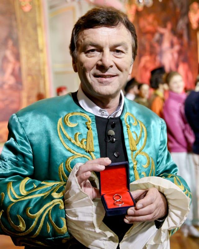 Pavel Trávníček mit Hochzeitsringen.