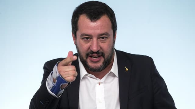 Matteo Salvini mit rechter Hand im Gips