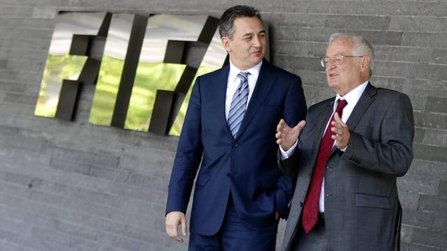 Die Vorsitzenden der Fifa-Ethikkommission Michael J. Garcia und Hans-Joachim Eckert vor dem Fifa-Hauptsitz.