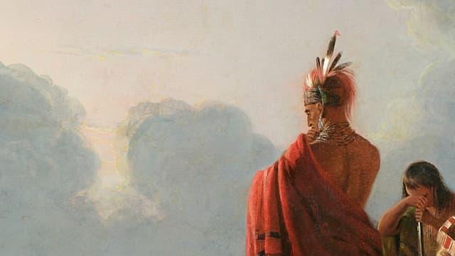 Rückenansicht des Indianer Uncas vor dem weiten Himmel. Neben ihm versteckt sich eine Frau hinter ihren Händen.