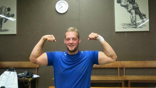 Henryc Thoenen zeigt seine Muskeln.