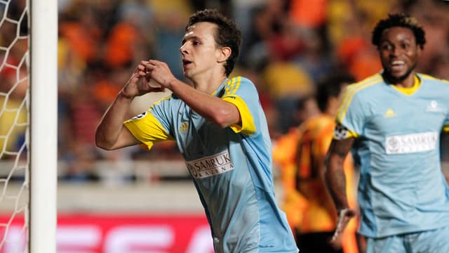 Nemanja Maksimovic vom FC Astana feiert sein Tor gegen Apoel Nikosia.