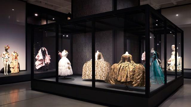 Ausstellungsraum mit verschiedenen, historischen Kleidern.