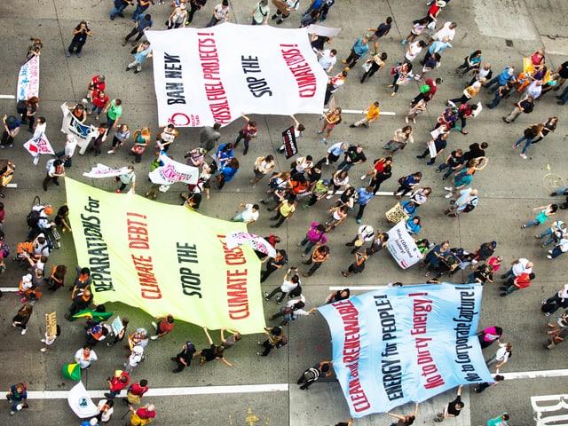 Blick von oben auf den Klima-Marsch.