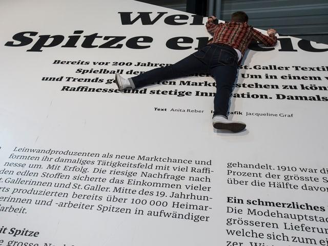 Zeitung gedruckt auf eine Wand