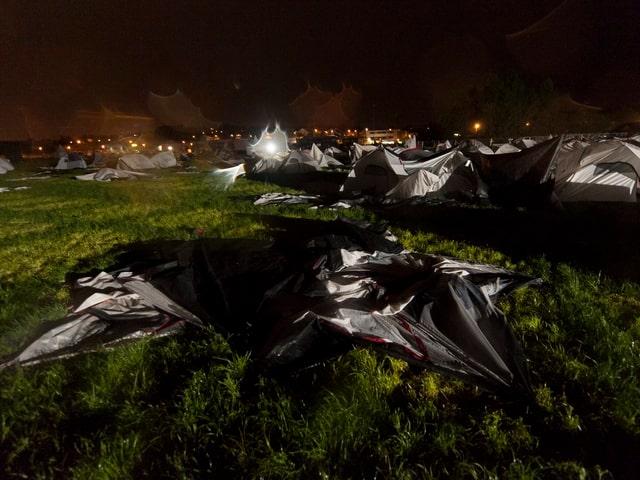 Beschädigte Zelte in der Nacht.