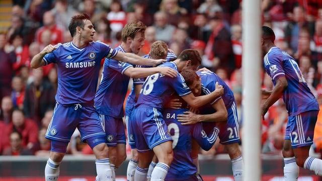 Die Chelsea-Spieler freuen sich über den Treffer zum 1:0.