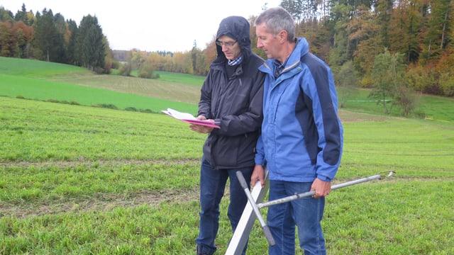 Erich Linder und Fritz Trachsel in einem kleinen Tal.