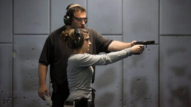 Persuna cun pistola.