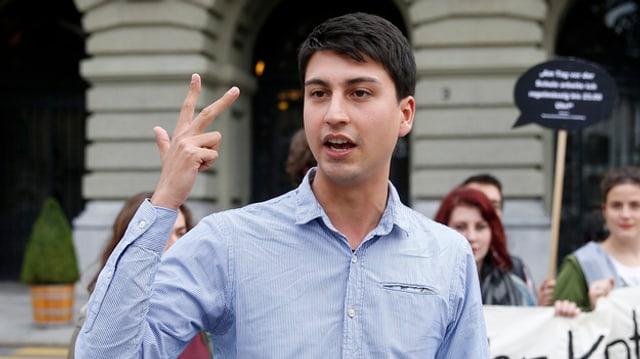 Fabian Molina hat seine Hand erhoben mit drei gespreizten Fingern