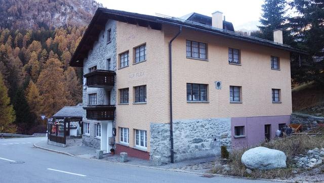 L'hotel Alp Flex sa chatta gist dasperas la via chantunala dal Gelgia.