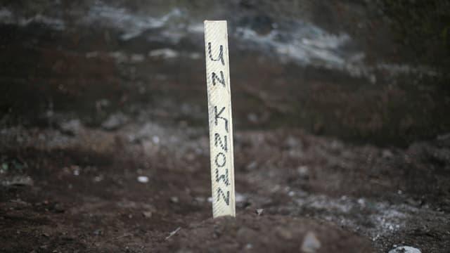 Ein Zeichen markiert das Grab eines unbekannten Ebola-Opfers in Freetown