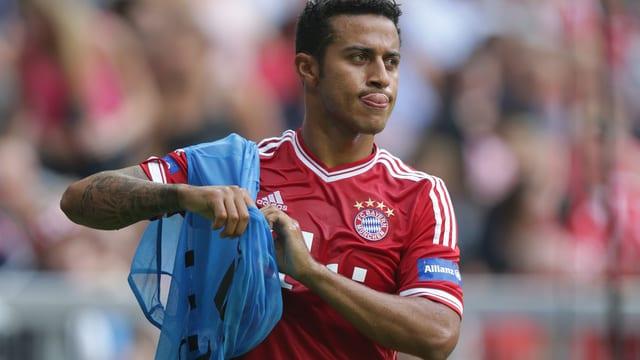 Bayerns Thiago Alcantara zieht sich ein Überziehtrikot an.