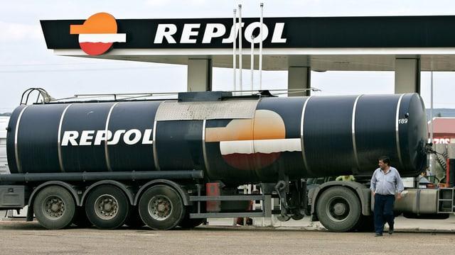 Tanklastwagen an einer Repsol-Tankstelle in Spanien