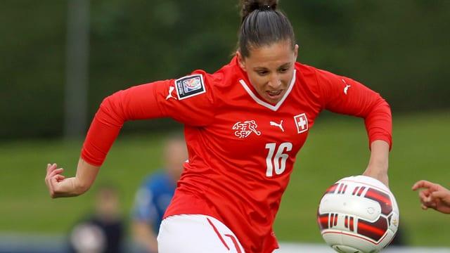 Fabienne Humm nimmt den Ball an.