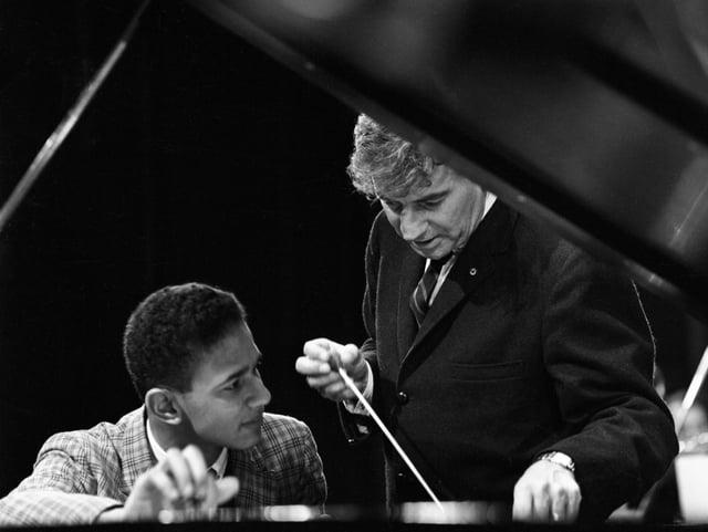 Bernstein am Piano mit einem jungen Mann